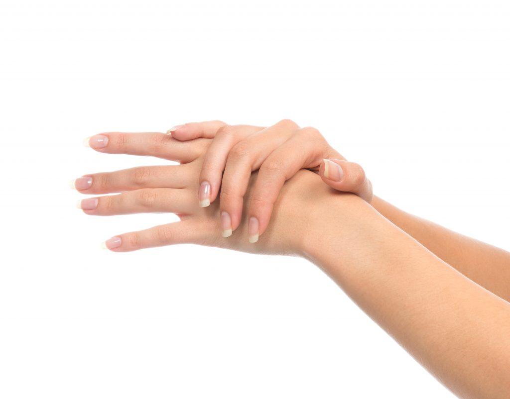 Face à de nombreuses agressions extérieures les mains sont fragilisées et sujettent à des signes de vieillissement.